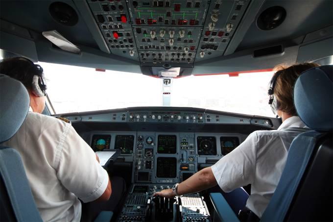 Saúde – Cabine do piloto de avião (cockpit)
