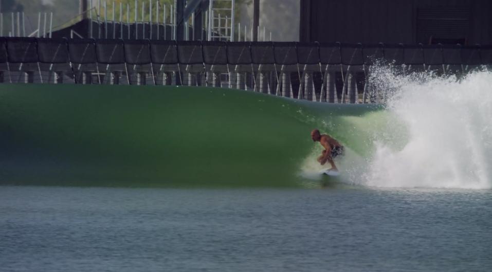 Kelly Slater em ação na piscina de ondas