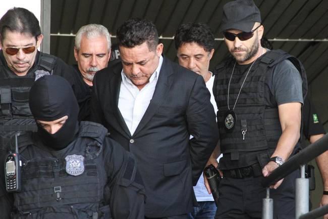 Ronan Maria Pinto (terno preto) e Silvio Pereira (camisa branca), presos durante a 27ª fase da Operação Lava Jato