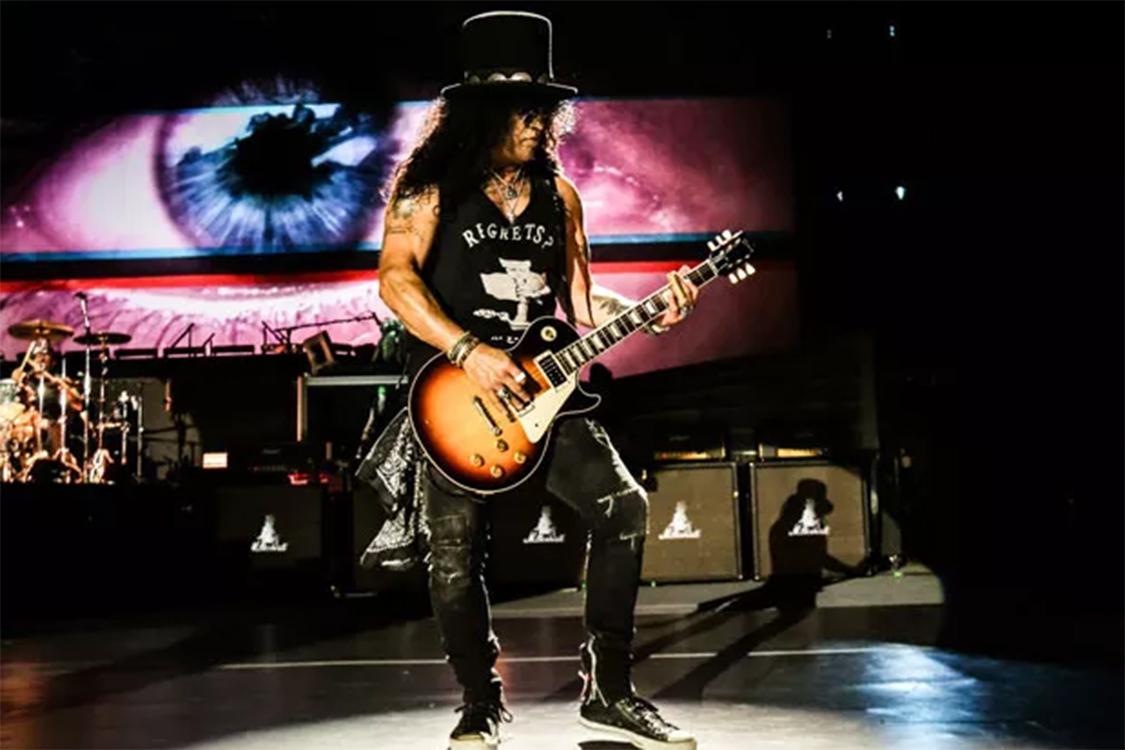 O guitarrista Slash da banda Guns N' Roses, durante show em São Paulo