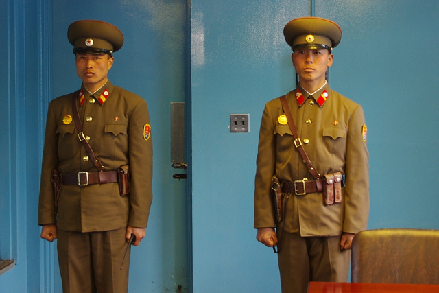 Guardas da Coreia do Norte na Zona Demilitarizada, que faz fronteira com a Coreia do Sul, em 2010 (Crédito: Flickr/John Cant)