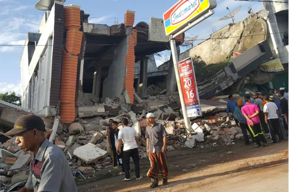 O tremor na ilha de Sumatra, na Indonésia, derrubou muitos prédios