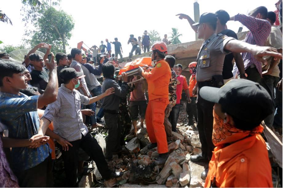 Bombeiros e civis socorrem as vítimas do terremoto na Indonésia