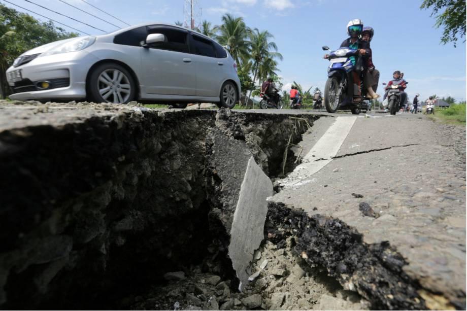 O tremor de 6,5 graus na escala Richter prejudicou estradas na Indonésia