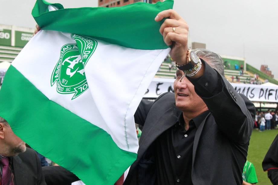 O treinador da seleção, Tite, durante o velório da equipe da Chapecoense, na Arena Condá, em Chapecó