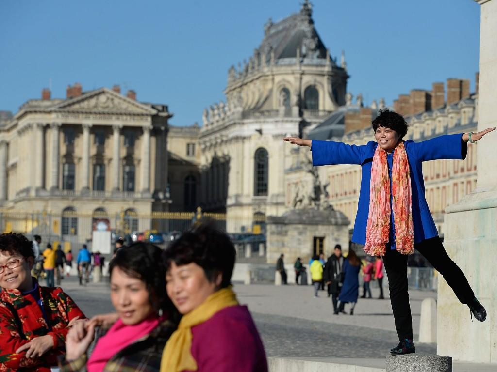 Turistas chineses posam para foto em frente ao Palácio de Versalhes, na França, em novembro de 2016. (Crédito: Pascal Le Segretain/Getty Images)