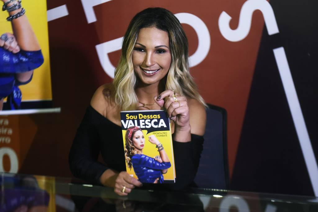 A cantora Valesca Popozuda realiza sessão de autógrafos no primeiro dia da 24ª Bienal do Livro de São Paulo, no pavilhão de exposições do Anhembi, em São Paulo (Fernanda Grillo/VEJA)