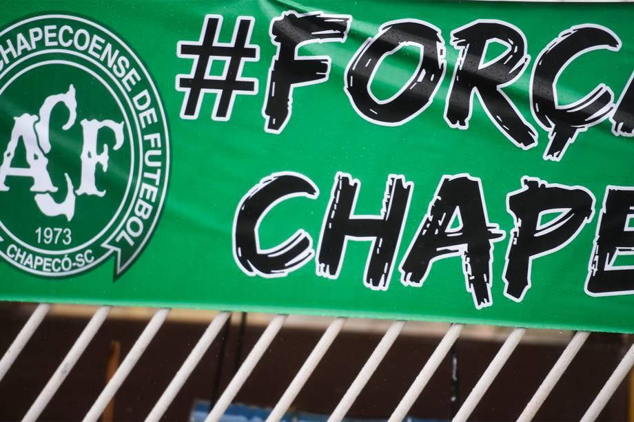 Torcedores vão às ruas de Chapecó para cortejo com as vítimas do acidente aéreo envolvendo a equipe da Chapecoense