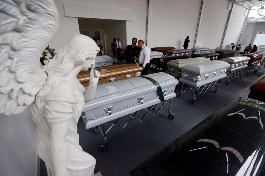 Caixões são preparados para serem levados para Chapecó, onde ocorrerá o velório das vítimas do acidente aéreo na Colômbia, em Medellín