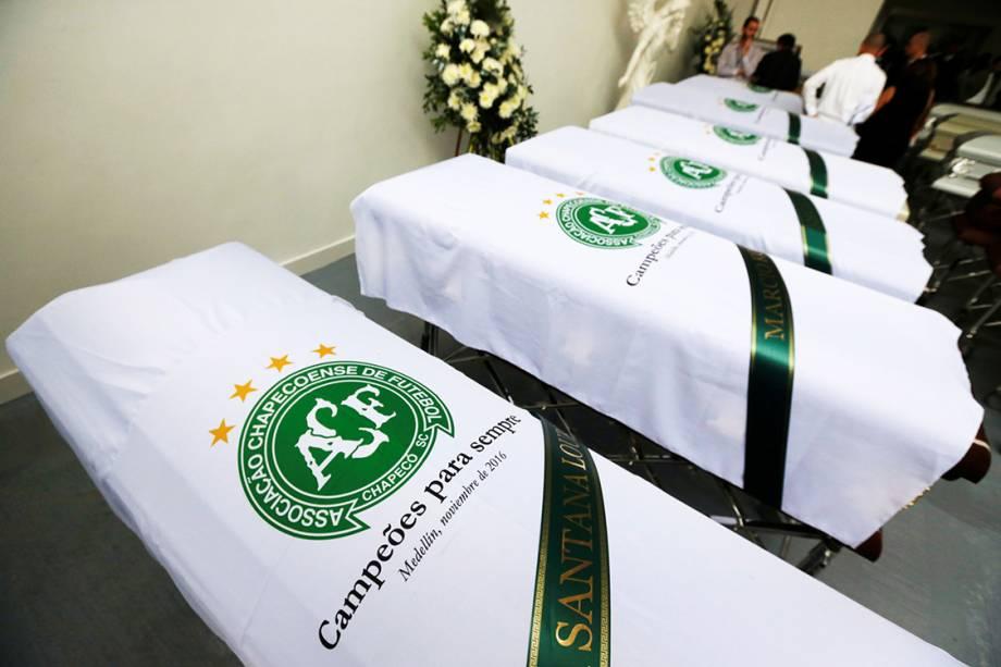 Caixões de algumas das vítimas do acidente aéreo envolvendo a delegação da Chapecoense, prestes a saírem da Colômbia em direção ao Brasil