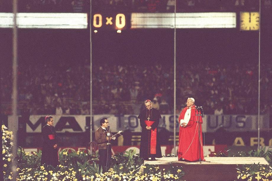 """Waldemar Rossi, Dom Paulo Everisto Arns e João Paulo II durante o """"Encontro com Operários"""", no Estádio do Morumbi, na visita do Papa ao Brasil  - 07/03/80"""