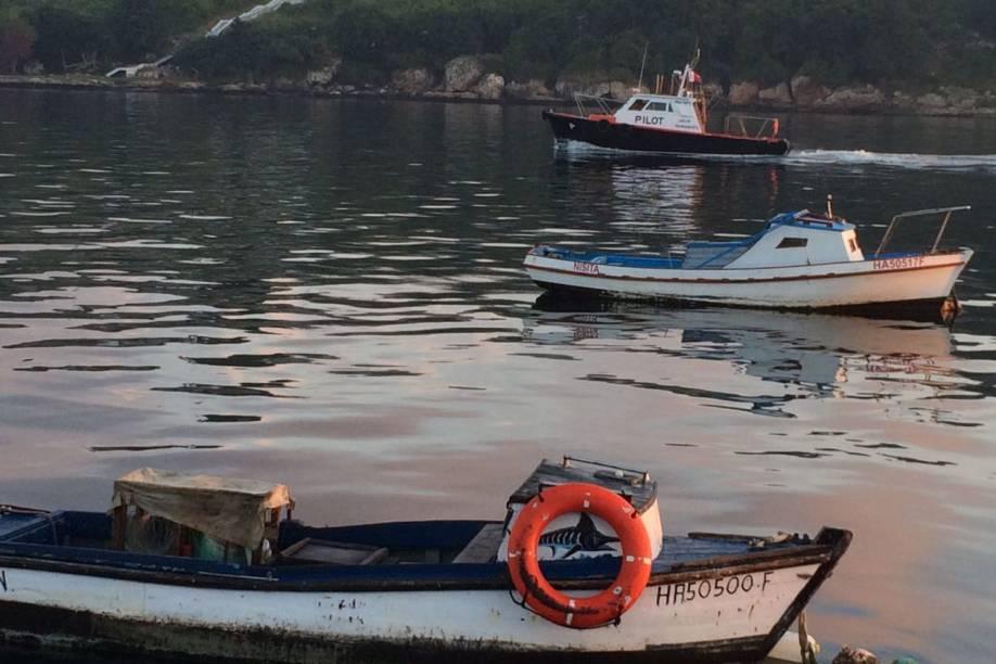 Lancha vigiando barcos em Havana, Cuba