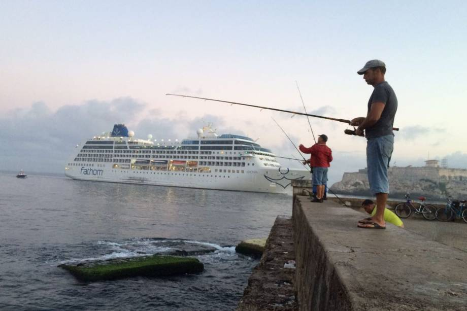 Pescadores no Malecón, em Havana, Cuba