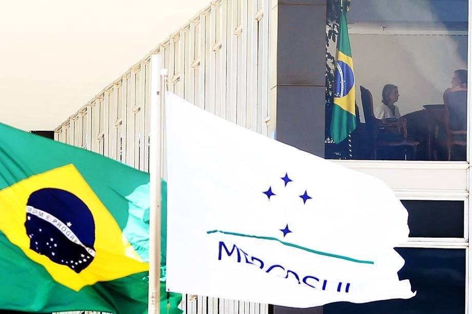 A presidente do STF Cármen Lúcia, trabalha em seu gabinete nesta segunda-feira (30)