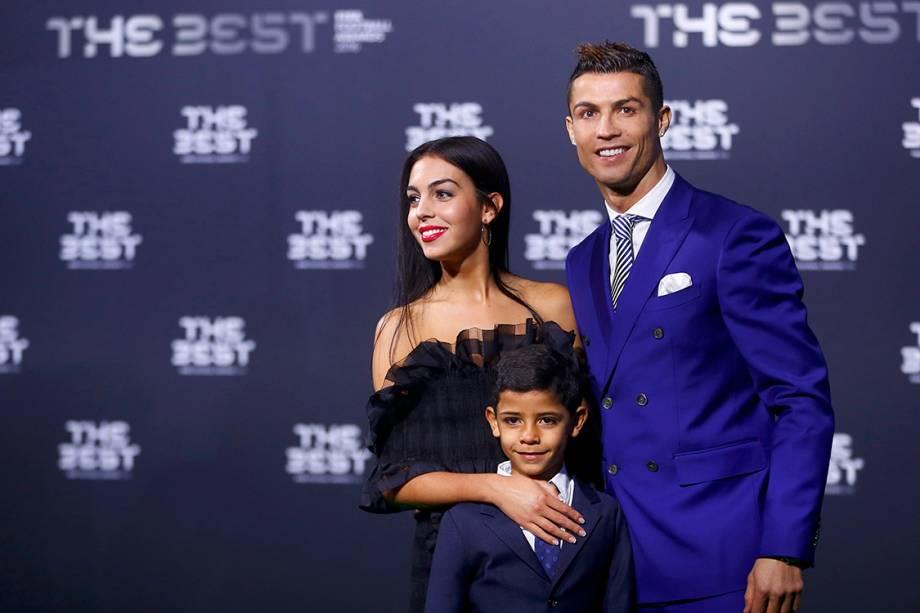 O jogador do Real Madrid, Cristiano Ronaldo com seu filho e sua nova namorada Georgina Rodríguez, chega para o Prêmio de Melhor do Mundo da Fifa, na Suíça