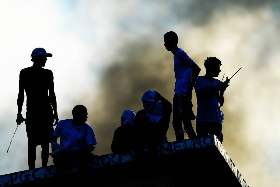 Fumaça saindo da Penitenciária Estadual de Alcaçuz, em Nísia Floresta (RN), após batalha campal de presos nesta quinta-feira (19)