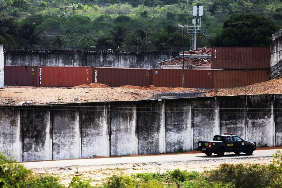 Operação de construção de muro provisório realizado com containers metálicos com o objetivo de dividir as facções criminosas rivais dentro da Penitenciária Estadual de Alcaçuz, em Nísia Floresta (RN), na Região Metropolitana de Natal - 23/01/2017
