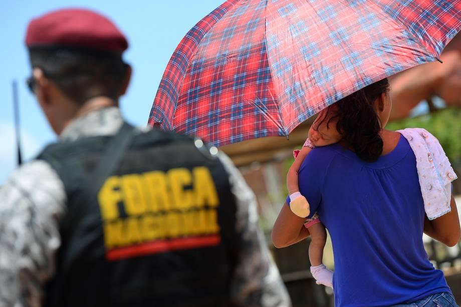 Mulheres aguardam notícias dos presos rebelados na Penitenciária Estadual de Alcaçuz, em Nísia Floresta (RN), na Região Metropolitana de Natal - 23/01/2017