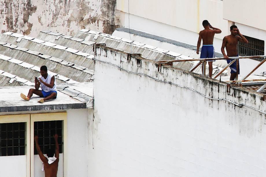 Presos rebelados na Penitenciária Estadual de Alcaçuz falam tranquilamente ao telefone - 23/01/2017