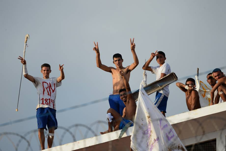 Movimentação no presidio de Alcaçuz, na cidade Nísia Floresta, durante o 5º dia de rebelião na maior penitenciária do RN, nesta quarta-feira (18)