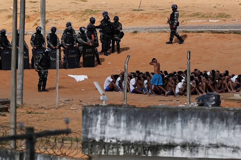 Policiais do Bope, Tropa de Choque e o Grupo de Operações Especiais (GOE) da Secretaria de Justiça (Sejuc) iniciam uma intervenção na Penitenciária Estadual de Alcaçuz, em Nísia Floresta (RN) - 24/01/2017