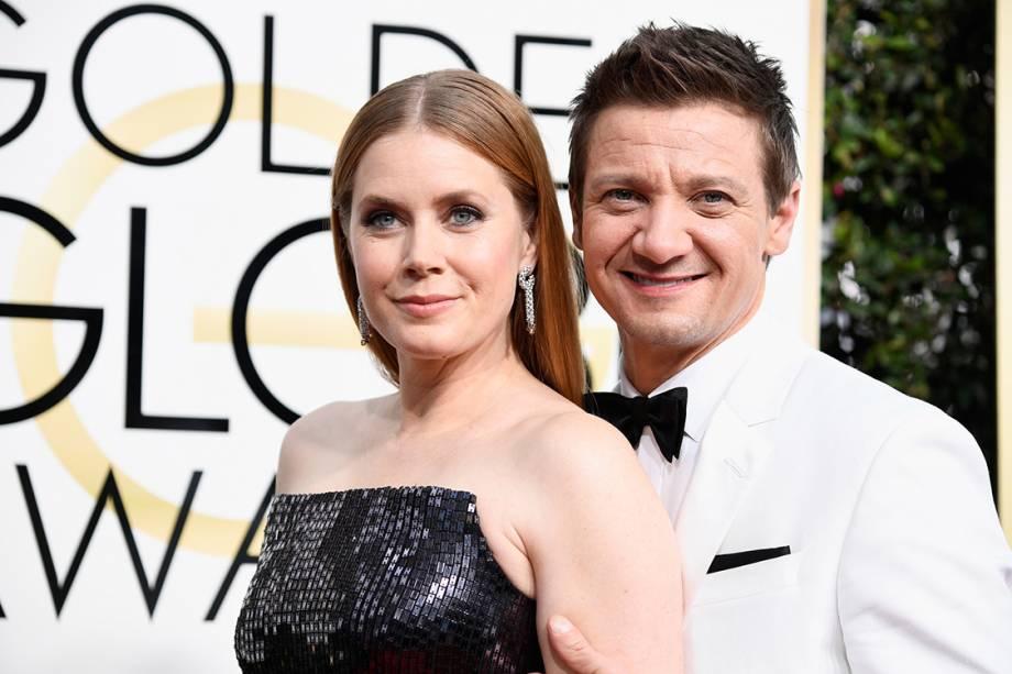A atriz Amy Adams e o ator Jeremy Renner chegam para o Globo de Ouro 2017, em Los Angeles