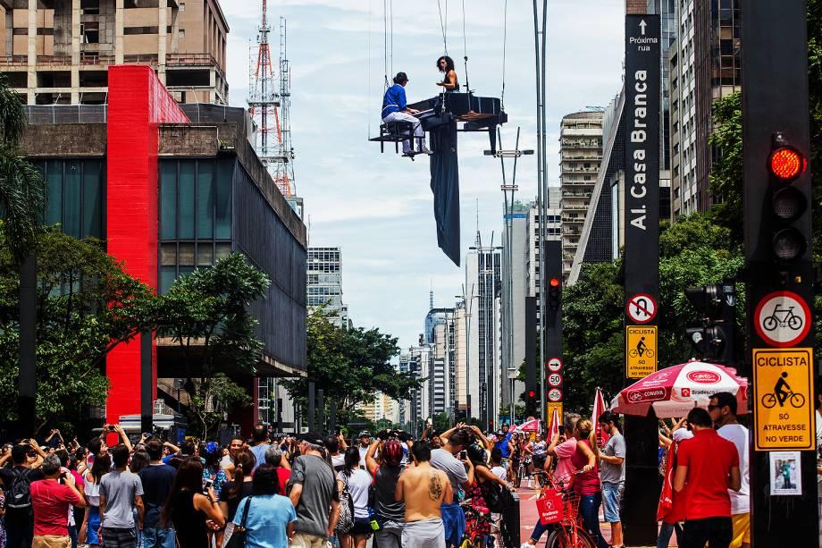 O pianista Lucas e cantora Ieda Cruz fazem apresentação em guindaste suspenso na avenida Paulista (SP), em comemoração aos 463 anos da cidade - 25/01/2017