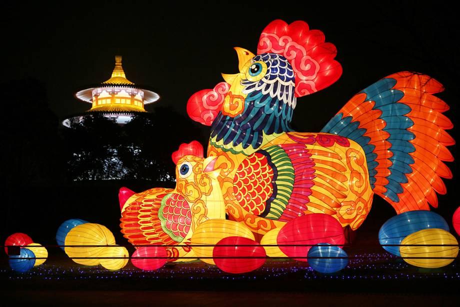Lanterna em formato de Galo é vista na província de Xi'an Shaanxi, na China