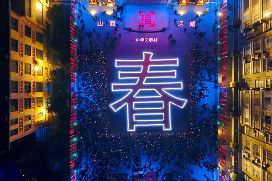 Logograma gigante que significa 'primavera' é aceso durante as festividades do ano novo chinês, na China