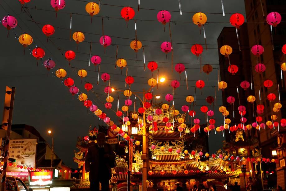 Rua é decorada com lanternas durante as festividades do ano novo chinês, na China