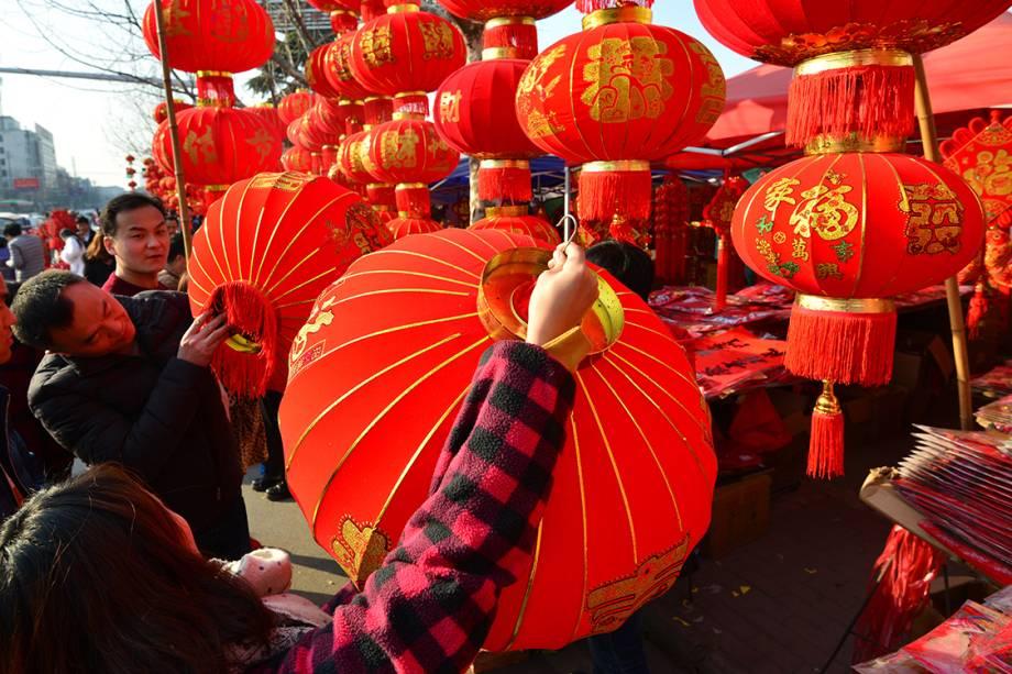 Pessoas compram decorações tradicionais para comemorar ano novo chinês, na China