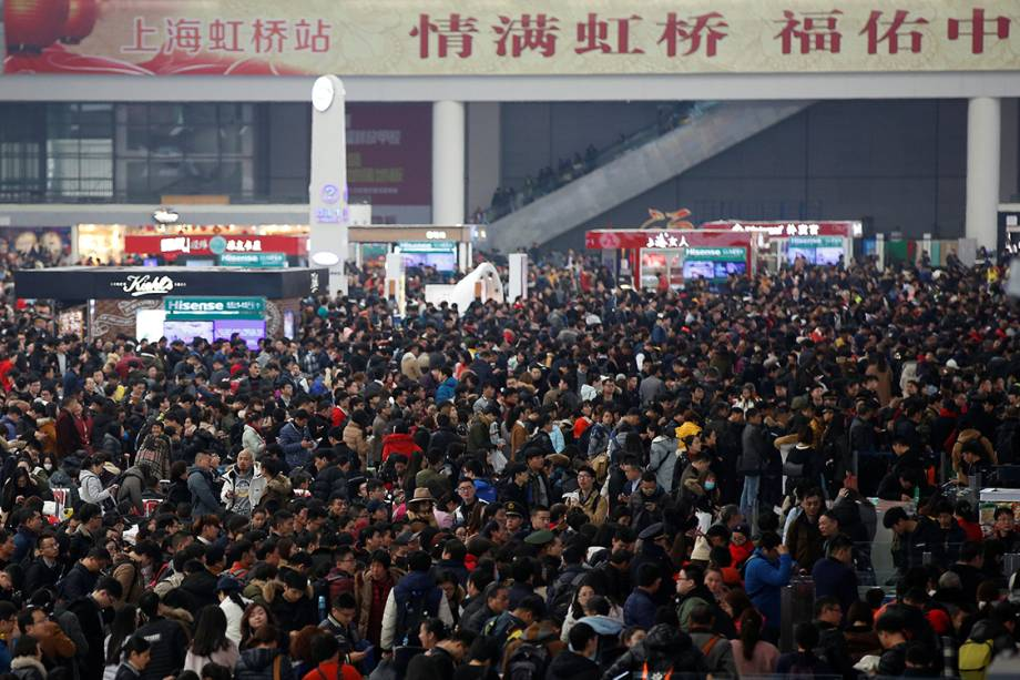 Milhares de passageiros aguardam para embarcarem em trens na estação Shanghai Hongqiao, durante as festividades do ano novo chinês, na China