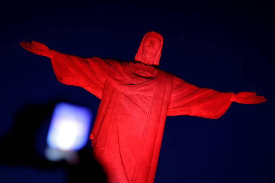 Monumento do Cristo Redentor com iluminação vermelha em comemoração do Ano Novo Chinês - 28/01/2017