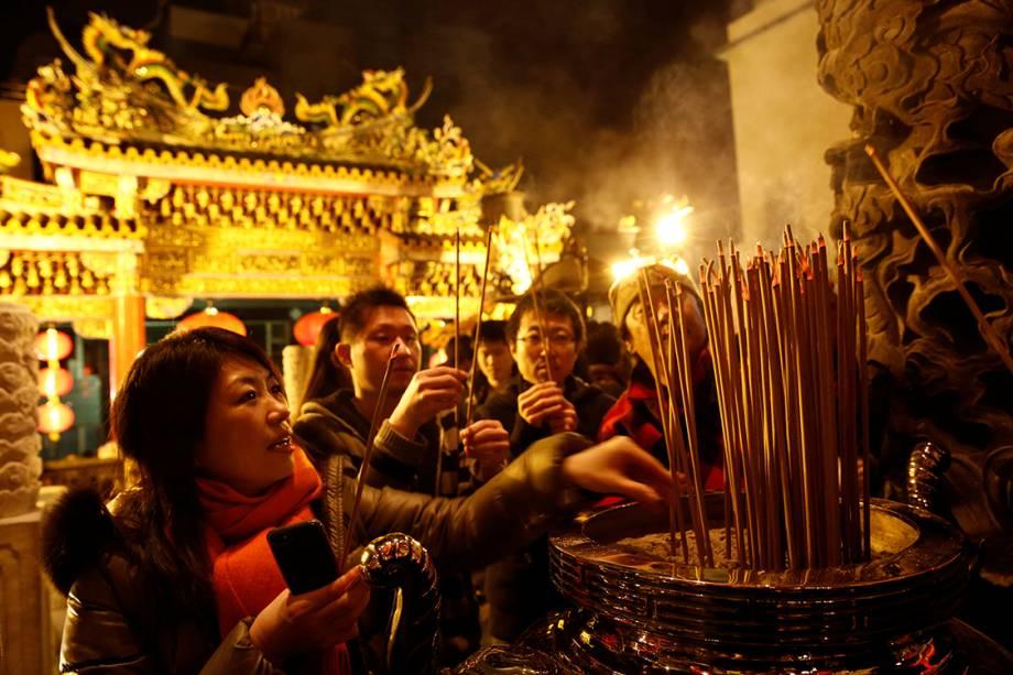 Pessoas acendem incensos em um templo durante as comemorações do ano novo chinês, em Yokohama, Japão