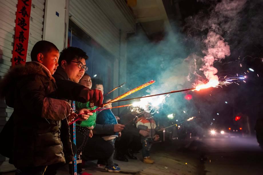 Crianças brincam com sinalizadores durante as festividades do ano novo chinês, na China