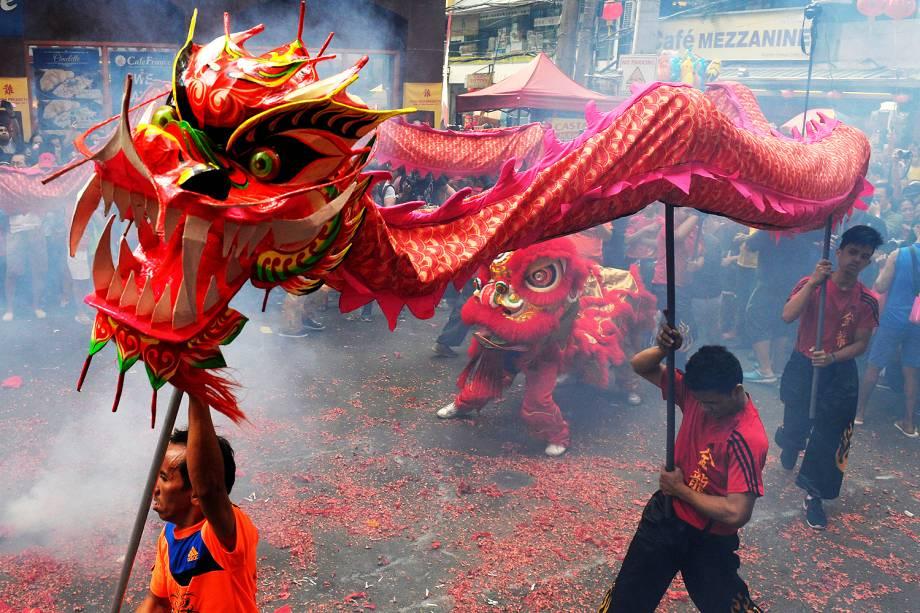 Dança do dragão é encenada durante as comemoração do ano novo chinês, em Chinatown de Manila, Filipinas - 28/01/2017