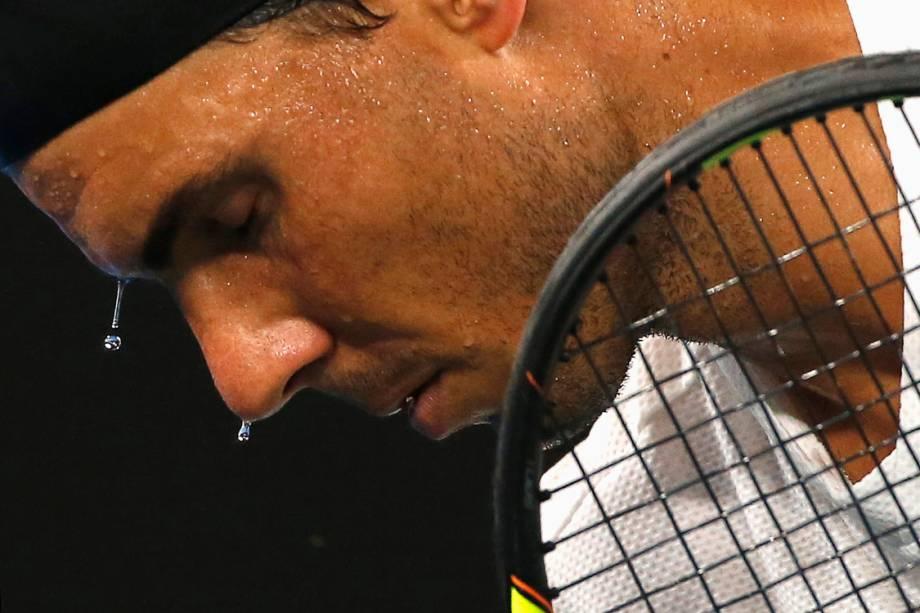 O espanhol Rafael Nadal se prepara para sacar durante partida contra o francês Gael Monfils, em Melbourne