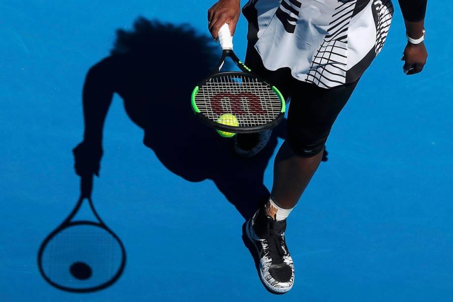 A americana Serena Williams se prepara para sacar, durante partida contra a britânica, Johanna Konta, em Melbourne