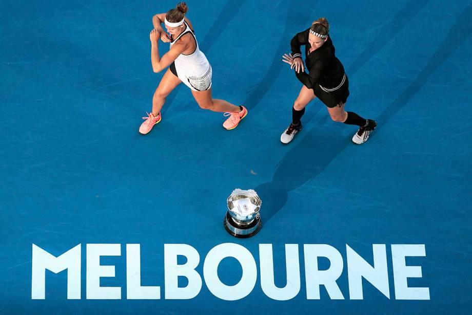 Bethanie Mattek-Sands, dos Estados Unidos, e Lucie Safarova, da República Tcheca, comemoram após vencerem a final de duplas no Aberto da Austrália