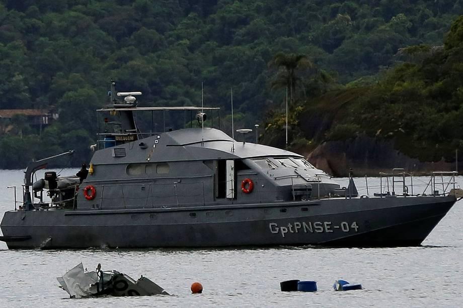 Equipes fazem buscas após acidente aéreo de avião prefixo PR-SOM, modelo Hawker Beechcraft King Air C90, em Paraty, no litoral sul do Rio, na manhã desta sexta-feira (20). O ministro do STF Teori Zavascki, relator da Lava Jato, morreu no acidente.