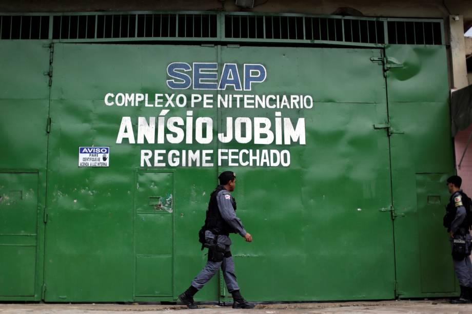 Policiais patrulham a entrada principal do Complexo Penitenciário Anísio Jobim em Manaus, após rebelião no local - 03/01/2017