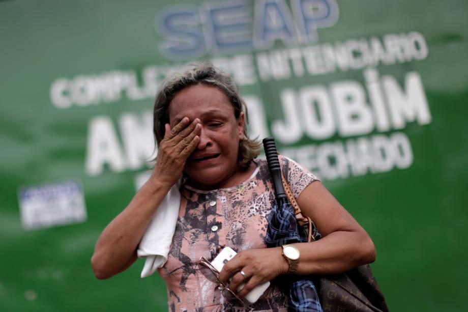 Parente de um presidiário chora em frente à entrada principal  do Complexo Penitenciário Anisio Jobim em Manaus