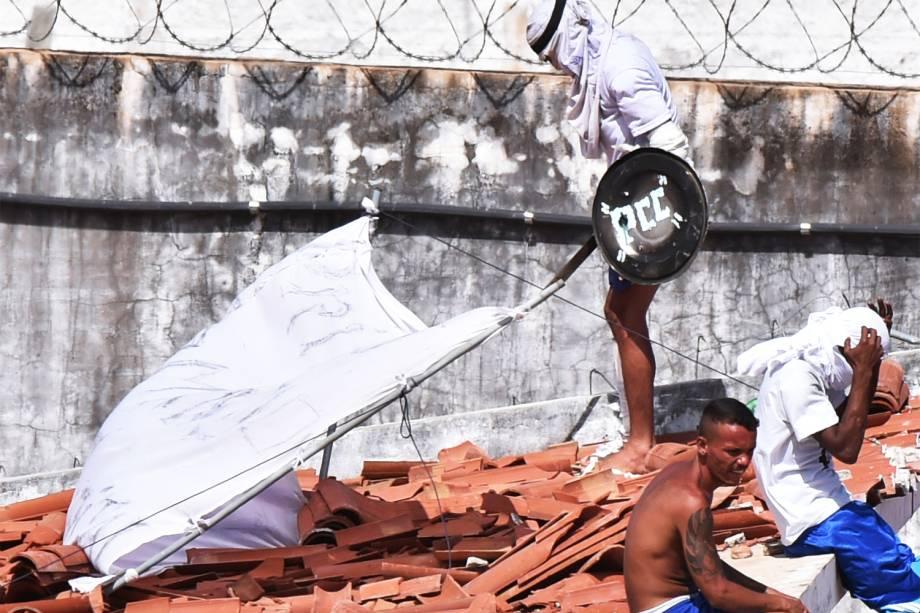 Preso utiliza escudo com as iniciais do PCC durante rebelião na Penitenciária Estadual de Alcaçuz, em Natal, no Rio Grande do Norte - 16/01/2017