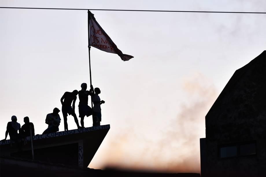Presos são vistos em telhado da Penitenciária Estadual de Alcaçuz, em Natal (RN), durante rebelião - 16/01/2017