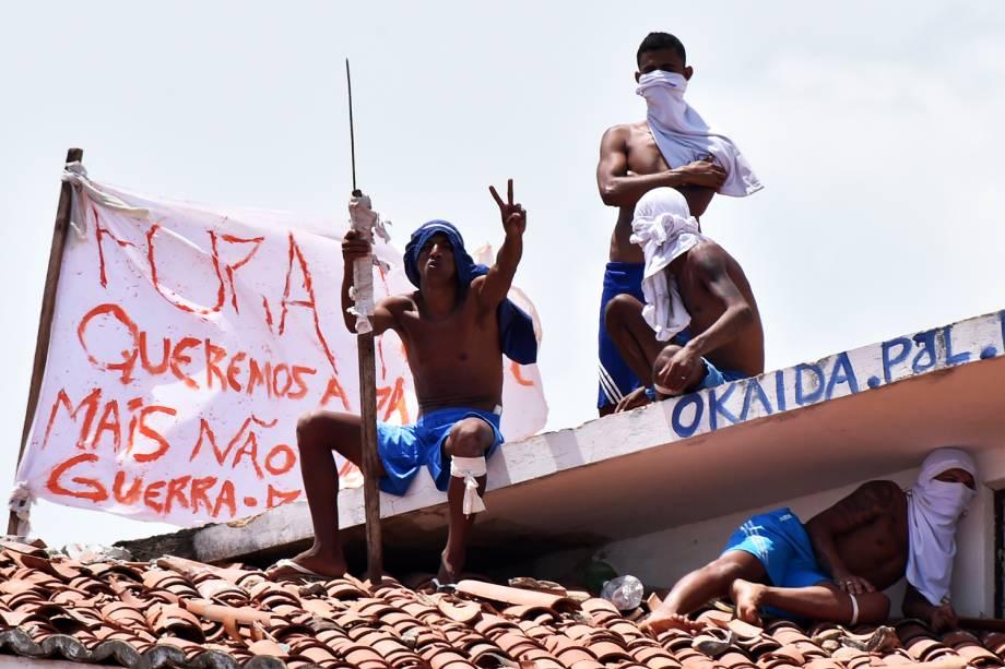 Presos são vistos no telhado da Penitenciária Estadual de Alcaçuz, na cidade de Nísia Floresta (RN) - 17/01/2017