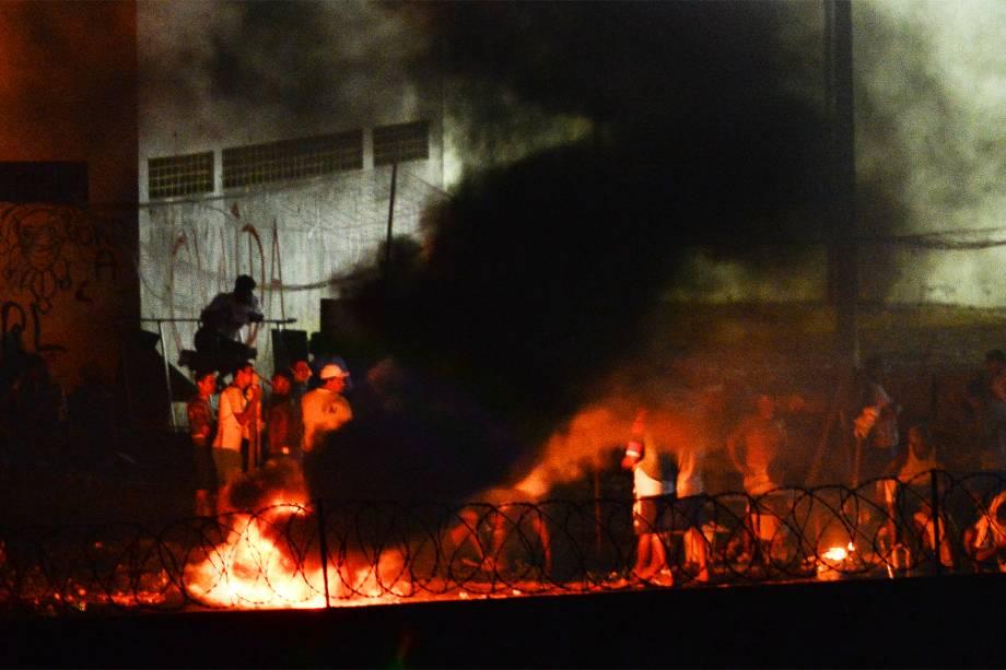 Presos fazem fogueira durante rebelião na Penitenciária Estadual de Alcaçuz, na cidade de Nísia Floresta (RN) - 17/01/2017