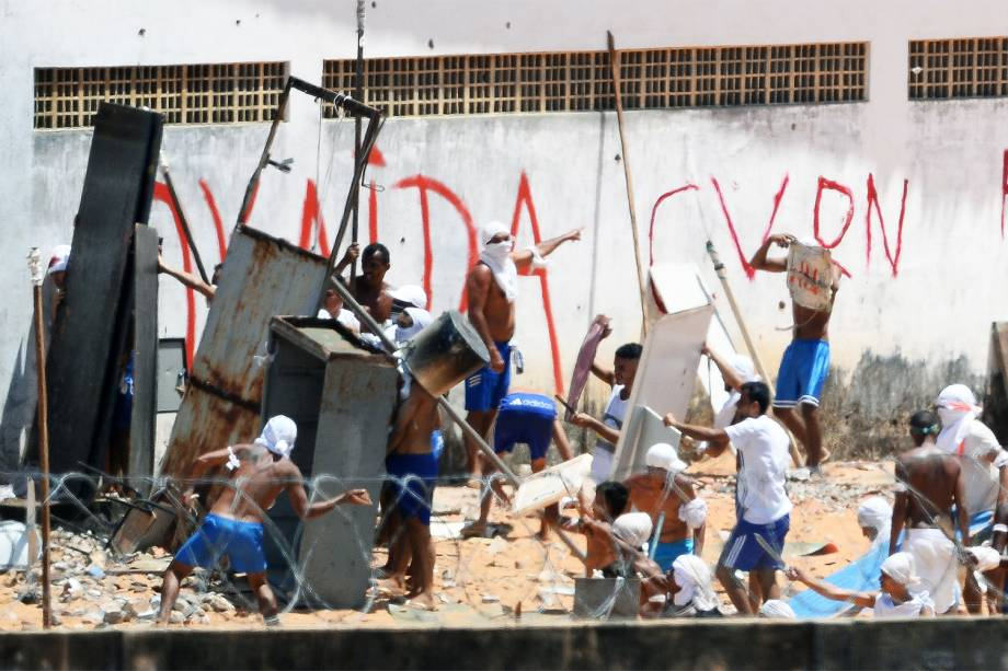 Presos da Penitenciária Estadual de Alcaçuz, em Nísia Floresta (RN), entram em batalha campal no sexto dia de rebelião - 19/01/2017