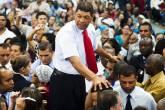 O pastor Valdemiro Santiago, fundador da Igreja Mundial do Poder de Deus, caminha entre fieis durante culto realizado em São Paulo (SP) - 03/04/2012