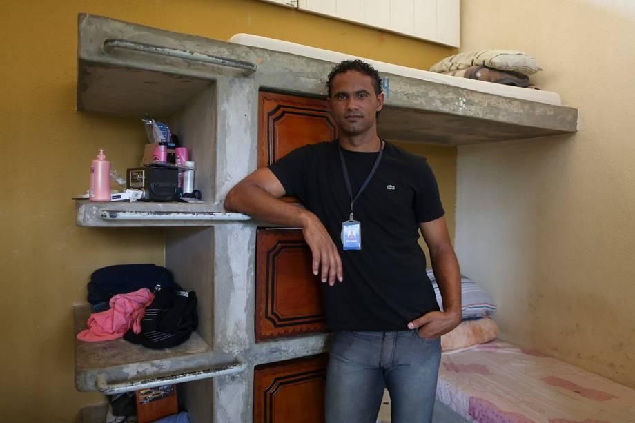 Bruno em sua cela: todos os detentos possuem armários para guardar seus objetos pessoais - Foto: Sérgio Dutti