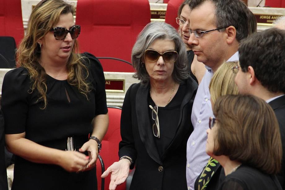 Presidente do STF, ministra Carmem Lúcia, fala com familiares do ministro Teori Zavascki, durante o velório do ministro, em Porto Alegre